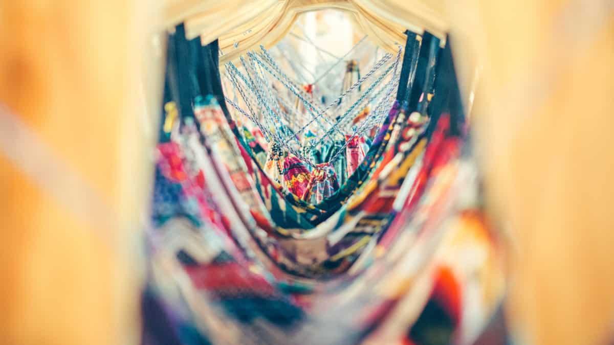 O que você precisa saber para ter um guarda-roupa mais sustentável